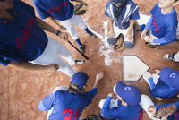 View from above of coach giving pep talk to boys baseball team. 11096022510| 写真素材・ストックフォト・画像・イラスト素材|アマナイメージズ