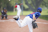 View from behind of young male pitcher throwing baseball. 11096023140| 写真素材・ストックフォト・画像・イラスト素材|アマナイメージズ