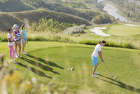 middle-aged female golfer teeing off while friends watch 11096024396| 写真素材・ストックフォト・画像・イラスト素材|アマナイメージズ