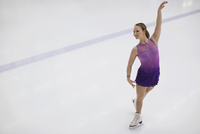 Female figure skater performing routine in skating rink 11096034427| 写真素材・ストックフォト・画像・イラスト素材|アマナイメージズ