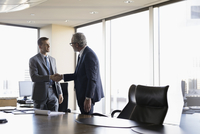 Male lawyers handshaking in conference room meeting 11096048656| 写真素材・ストックフォト・画像・イラスト素材|アマナイメージズ