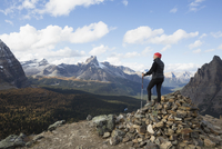 Mountain hiker on pile of rocks looking at mountain view, Lake O 11096048767| 写真素材・ストックフォト・画像・イラスト素材|アマナイメージズ