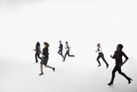 Business people running against white background 11096049130| 写真素材・ストックフォト・画像・イラスト素材|アマナイメージズ
