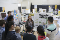 Middle school students and parents watching alternative energy presentation at science fair 11096053971| 写真素材・ストックフォト・画像・イラスト素材|アマナイメージズ