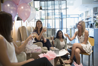 Bride-to-be and bridesmaid friends drinking champagne and getting pedicures at bridal shower in nail salon 11096054330| 写真素材・ストックフォト・画像・イラスト素材|アマナイメージズ