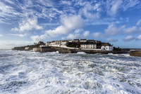 Porthleven sitting between clouds and waves, Cornwall, England, UK 11098022065| 写真素材・ストックフォト・画像・イラスト素材|アマナイメージズ