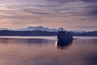 Passenger craft on Chiemsee with Alps in background at sunset, between Rosenheim and Salzburg, Bavaria, Germany 11098031039| 写真素材・ストックフォト・画像・イラスト素材|アマナイメージズ