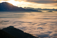 Magical Sunset Paragliding above the Clouds 11098075180| 写真素材・ストックフォト・画像・イラスト素材|アマナイメージズ
