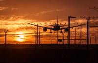Silhouette of an airplane landing at the airport. Great concept 11098078442| 写真素材・ストックフォト・画像・イラスト素材|アマナイメージズ