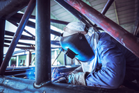 Industrial Worker at the factory welding 11098087275| 写真素材・ストックフォト・画像・イラスト素材|アマナイメージズ