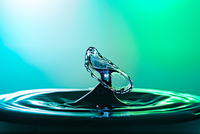 Water drop collision close up image with a green and blue background 11098088874| 写真素材・ストックフォト・画像・イラスト素材|アマナイメージズ