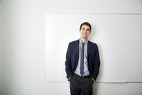 Young business standing in front of whiteboard 11100004692| 写真素材・ストックフォト・画像・イラスト素材|アマナイメージズ