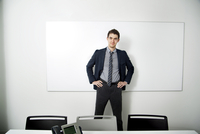 Young business standing in front of whiteboard 11100004693| 写真素材・ストックフォト・画像・イラスト素材|アマナイメージズ