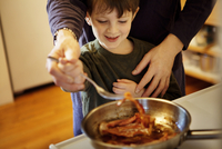 Father cooking bacon with son 11100005685| 写真素材・ストックフォト・画像・イラスト素材|アマナイメージズ