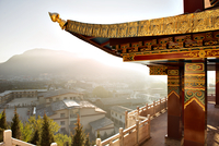 Display of traditional architecture overlooking town of Shangri-La 11100023202| 写真素材・ストックフォト・画像・イラスト素材|アマナイメージズ