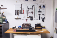 Letterpress on table and tools hanging on wall in workshop 11100032418| 写真素材・ストックフォト・画像・イラスト素材|アマナイメージズ