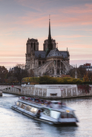 People traveling in boat on Seine River by Notre Dame de Paris against sky 11100057942| 写真素材・ストックフォト・画像・イラスト素材|アマナイメージズ