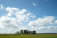 Mid distance view of Stonehenge on field against cloudy sky 11100058777| 写真素材・ストックフォト・画像・イラスト素材|アマナイメージズ