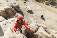 High angle view of hiker climbing rocks at Joshua Tree National Park during sunny day 11100062193| 写真素材・ストックフォト・画像・イラスト素材|アマナイメージズ
