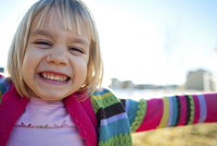 Close-up portrait of happy girl with arms outstretched clenching teeth against sky 11100064692| 写真素材・ストックフォト・画像・イラスト素材|アマナイメージズ