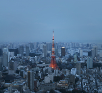 Aerial view of illuminated Tokyo Tower amidst cityscape at dusk 11100065424| 写真素材・ストックフォト・画像・イラスト素材|アマナイメージズ