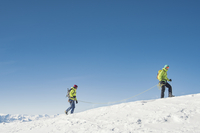 Side view of hikers walking on snow covered mountain against clear blue sky 11100066007| 写真素材・ストックフォト・画像・イラスト素材|アマナイメージズ