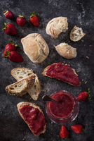 Overhead view of bread with strawberry jam on slate 11100066376| 写真素材・ストックフォト・画像・イラスト素材|アマナイメージズ
