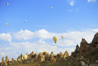 Low angle view of hot air balloons over Cappadocia 11100067248| 写真素材・ストックフォト・画像・イラスト素材|アマナイメージズ