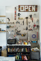 Various tools mounted on wall in creative office 11100067290| 写真素材・ストックフォト・画像・イラスト素材|アマナイメージズ