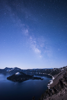 Majestic view of Crater Lake against milky way during dawn 11100072555| 写真素材・ストックフォト・画像・イラスト素材|アマナイメージズ