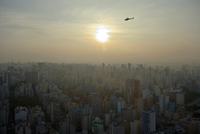 Helicopter above a cityscape with skyscrapers at sunset 11102001363| 写真素材・ストックフォト・画像・イラスト素材|アマナイメージズ
