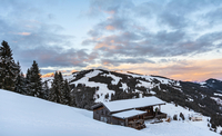 Cabin in the snow after sunset, snowy mountains, Wilder 11102001590| 写真素材・ストックフォト・画像・イラスト素材|アマナイメージズ