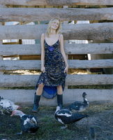Young woman with ducks and chickens 11107003638| 写真素材・ストックフォト・画像・イラスト素材|アマナイメージズ