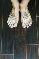 Barefoot with tattooed shoes laces 11111000206| 写真素材・ストックフォト・画像・イラスト素材|アマナイメージズ